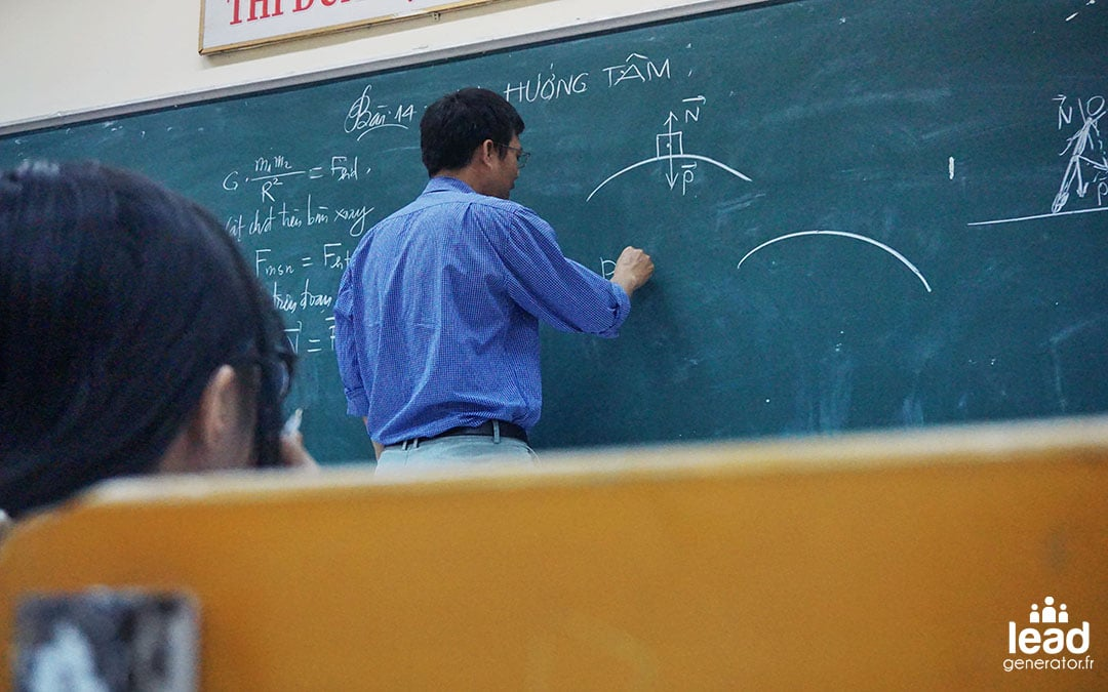 Photo d'un professeur écrivant au tableau pour illustrer la définition du buyer journey