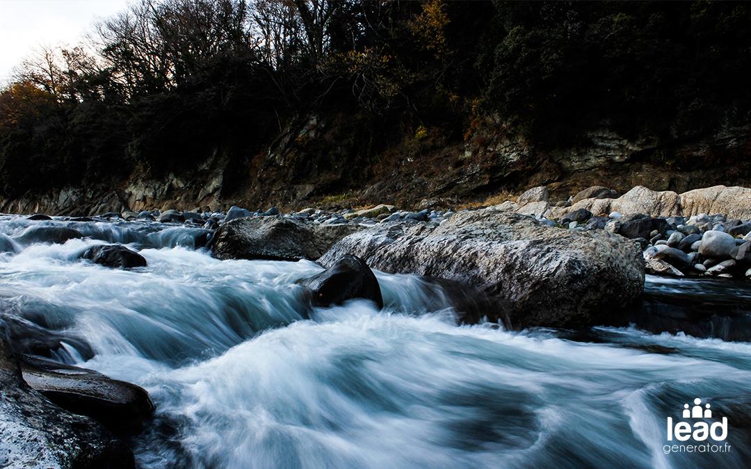 Rivière faite avec des rochers dans les bois en automne