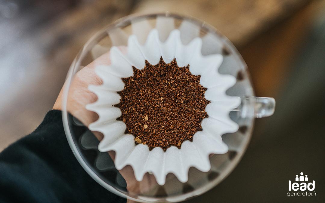 filtre en papier mis dans une cafetier avec des grains pour faire du café