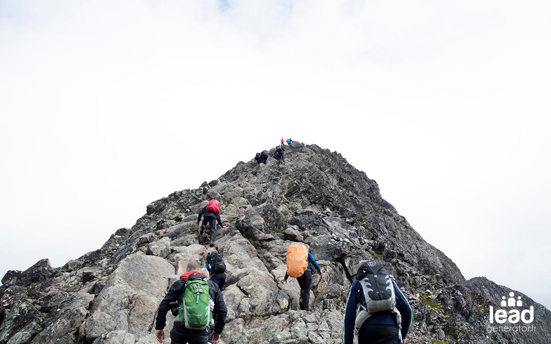 équipe de randonneurs montant une colline de rocher