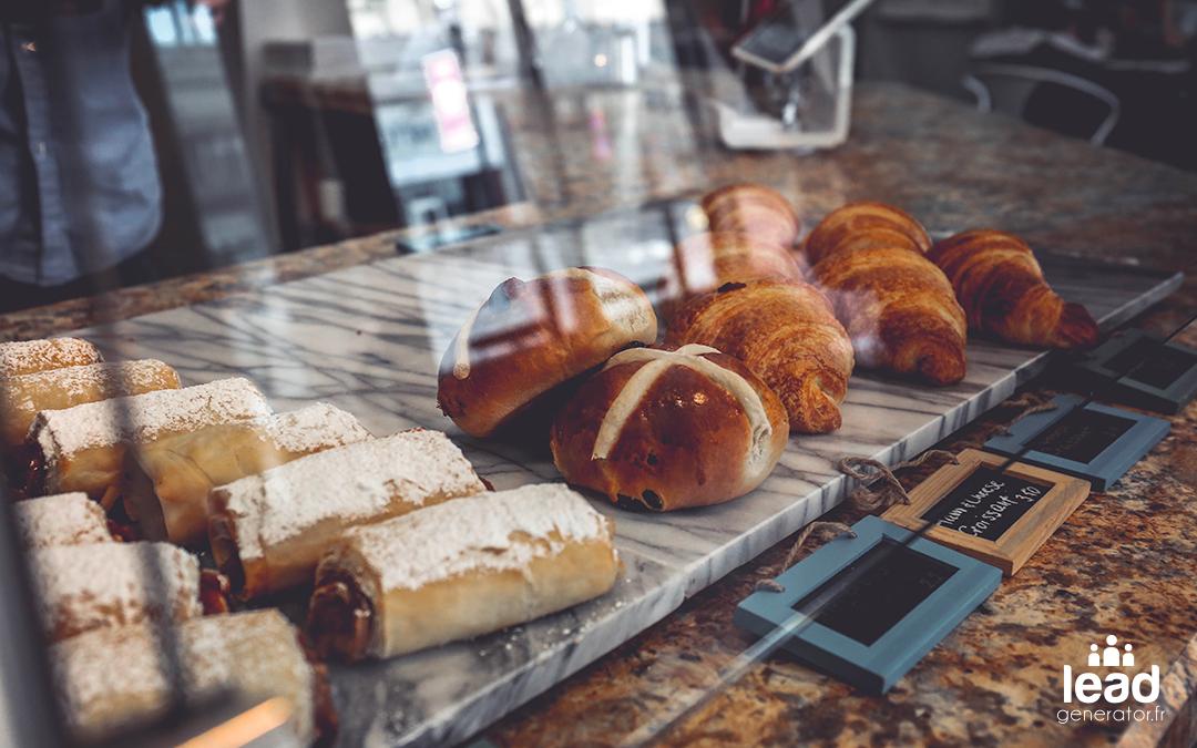 vitrine d'une boulangerie ou l'on y trouve des viennoiseries agissant sur le client comme des lead magnet
