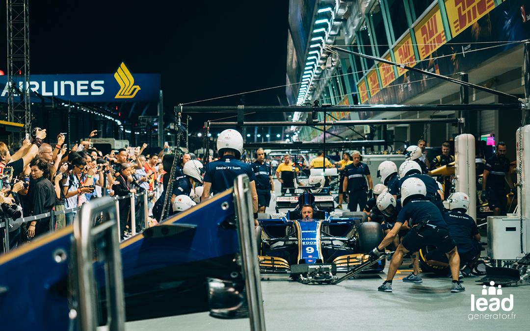 toute une équipe change les roues d'une voiture f1 en pleine course