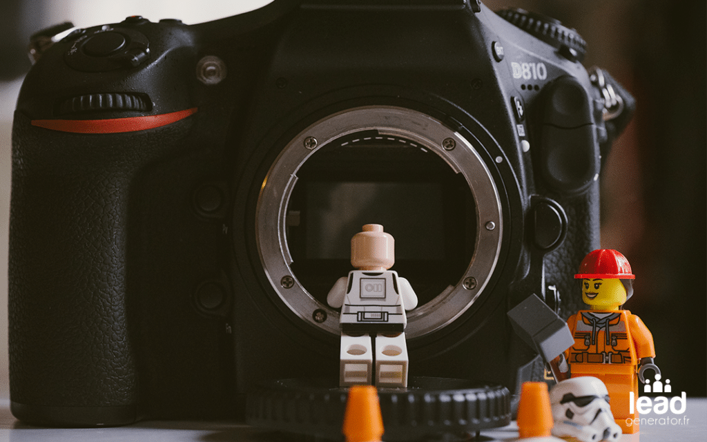photo de personnage lego sur un appareil photo pour illustrer la vidéo marketing