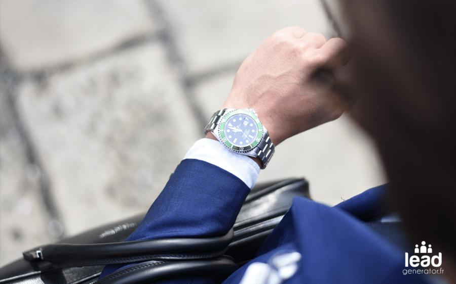 photo d'une personne avec une montre pour imager la régularité dans une stratégie de marketing de contenu