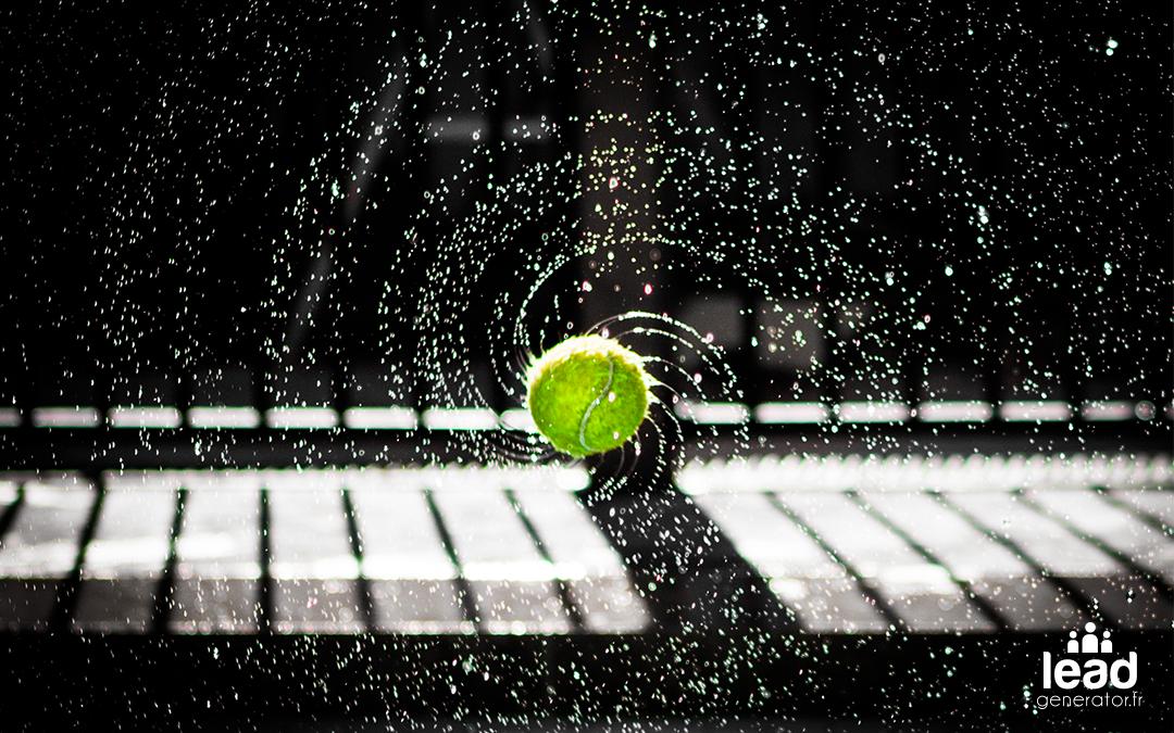 balle de tennis mouillé tournant sur elle même et faisant jaillir de l'eau en spiral