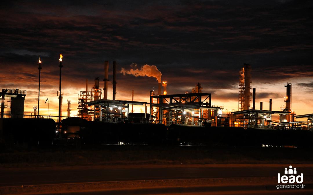 Photo d'une usine industrielle faisant de la fumé prise de nuit