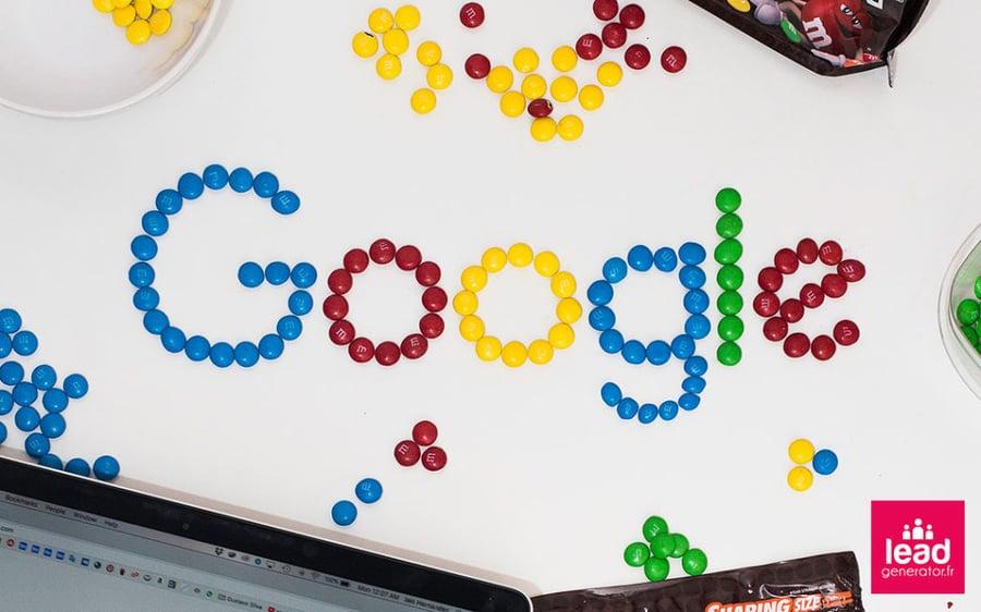 Photo d'un bureau avec des bonbons qui forment le mot google pour imager les différentes plateformes de référencement payant