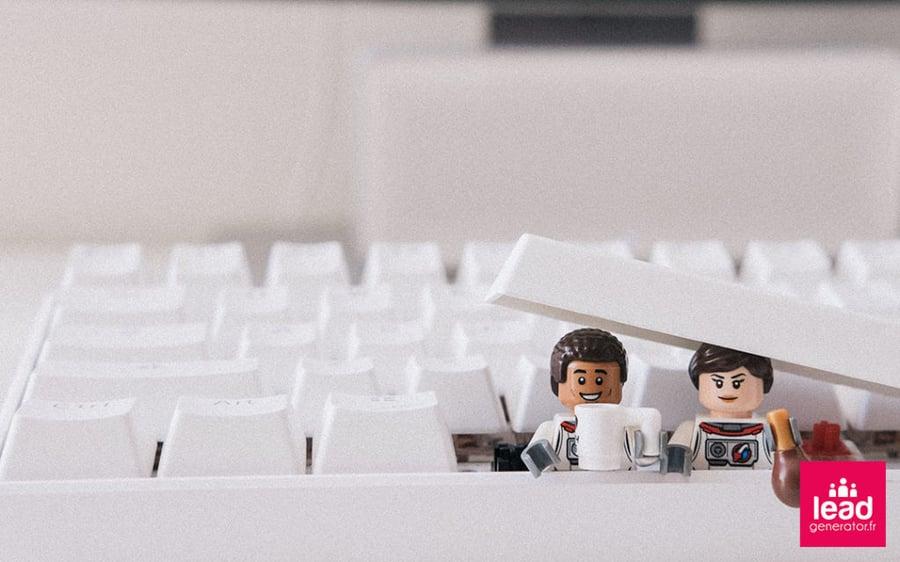 Photo de 2 personnages LEGO pour illustrer les types de référencement payant