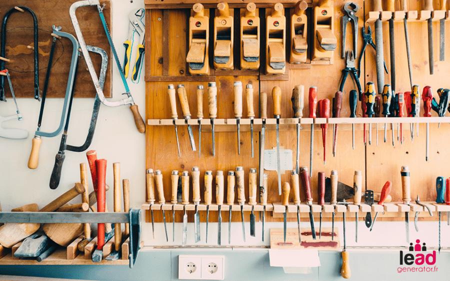 Image d'un atelier avec des outils professionnels pour illustrer un budget marketing correct