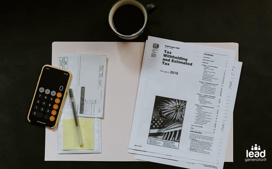 Photo d'un bureau avec un dossier et un calculatrice pour imager le calcul du roi inbound marketing