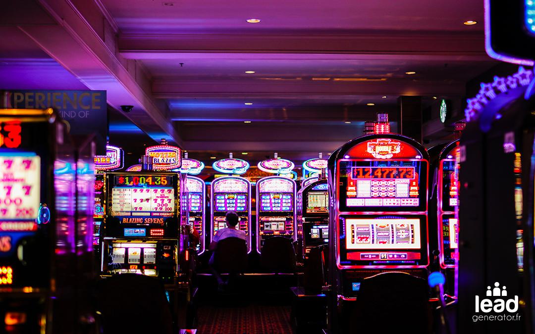 photo d'un casino dans l'obscurité avec les lumières des machines à argent éclairant la pièce