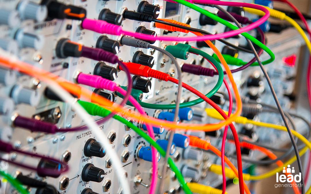 Synthétiseur modulaise pris en photo de près avec les câbles de toutes les couleurs