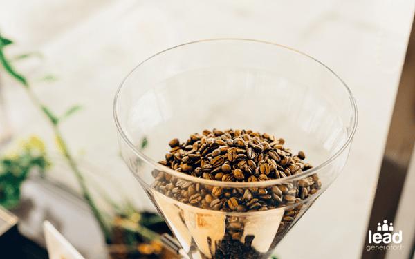 Photo d'un entonnoir avec des grains de café pour illustrer un tunnel de conversion marketing pendant un audit de site web
