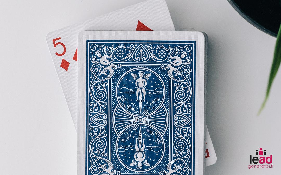 Photo de cartes de jeux pour symboliser les actions possible en communication de crise