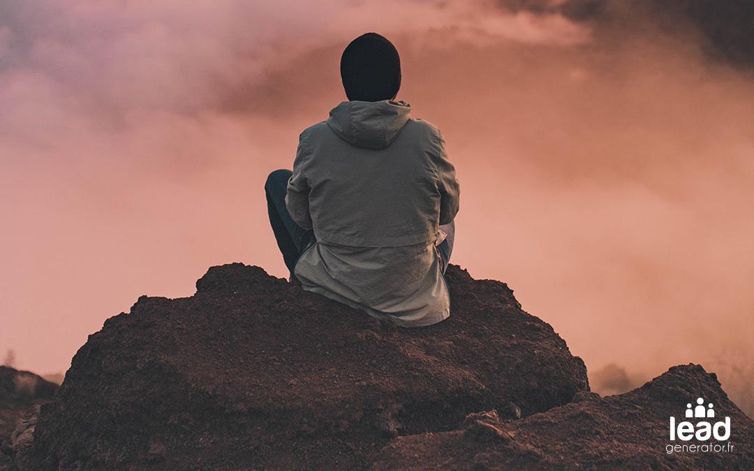 Photo d'un homme sur une falaise qui réfléchit pour imager la stratégie de communication de crise