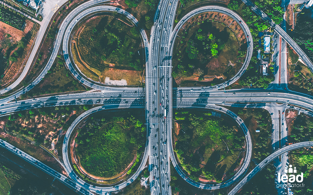 Photo d'une autoroute vue du ciel pour symboliser les choix de communication de crise