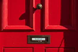 Photo d'une porte de maison avec une boite aux lettres pour illustrer le cold emailing