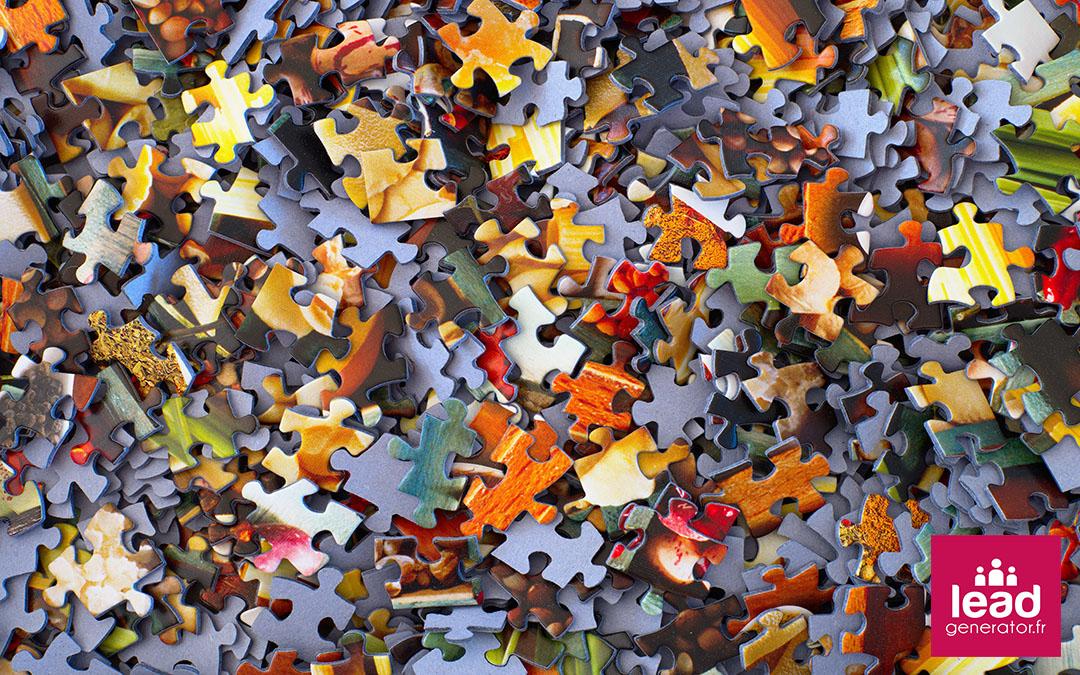des pièces de puzzle dans le désordre