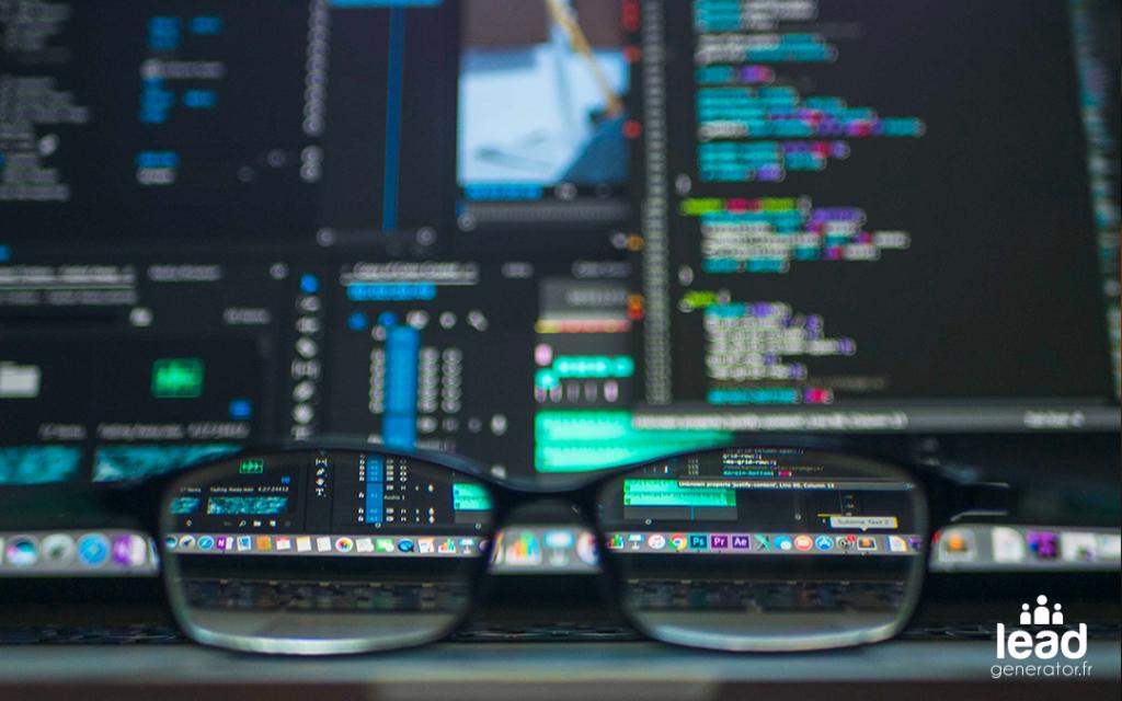"""Photos de lunettes et d'écrans pc avec code pour illustrer la notion """"binaire"""""""
