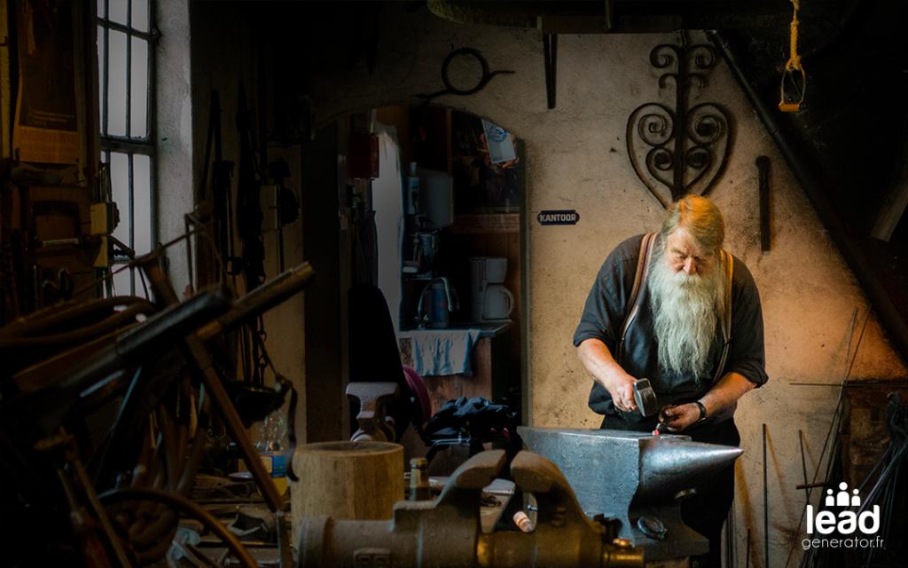 Photo d'un forgeron dans son atelier pour imager le fait de générer des leads en mode artisanal