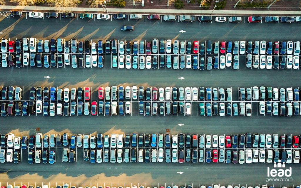 Photo d'un parking plein de voitures pour illustrer le content marketing en quantité
