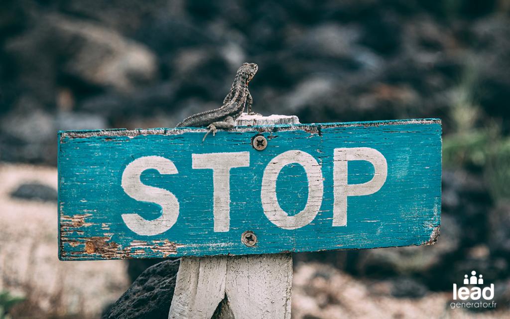 Panneau stop dans un désert pour illustrer le fait de mettre en standby une stratégie de marketing de contenu