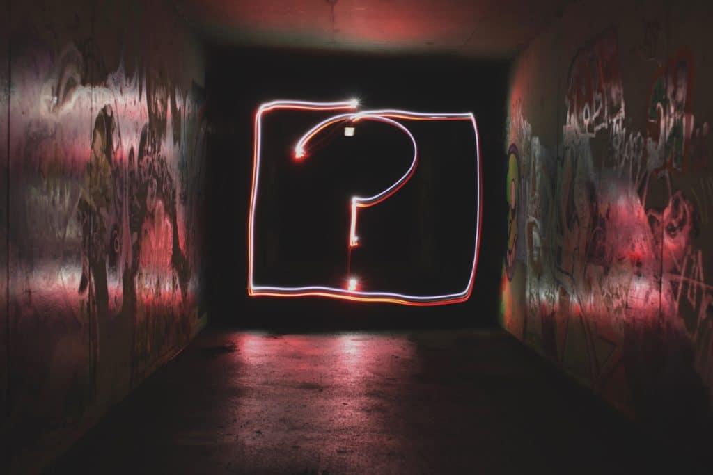 Photo d'un point d'interrogation sur un mur pour imager les questions à se poser avant de lancer une campagne de référencement payant