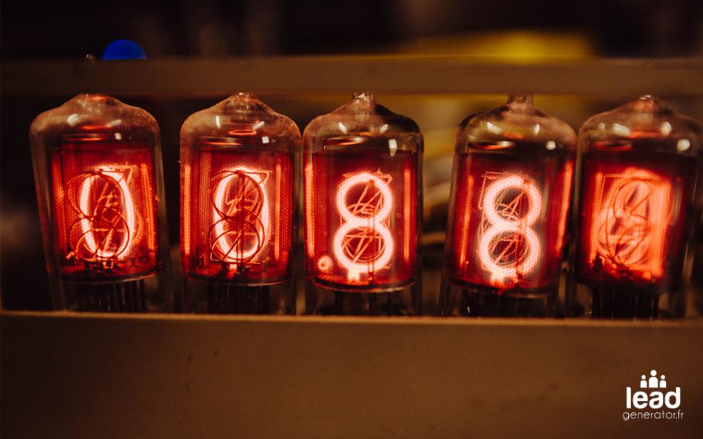 Photos d'ampoules avec un chiffre lumineux à l'intérieur
