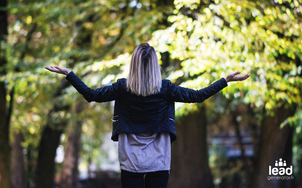 Photo d'une femme qui tend les bras vers le ciel