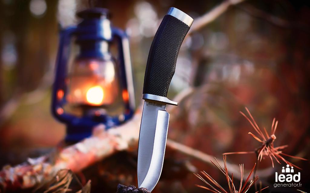 Photo d'un camp avec une lanterne et un couteau pour illustrer le marketing à la papa