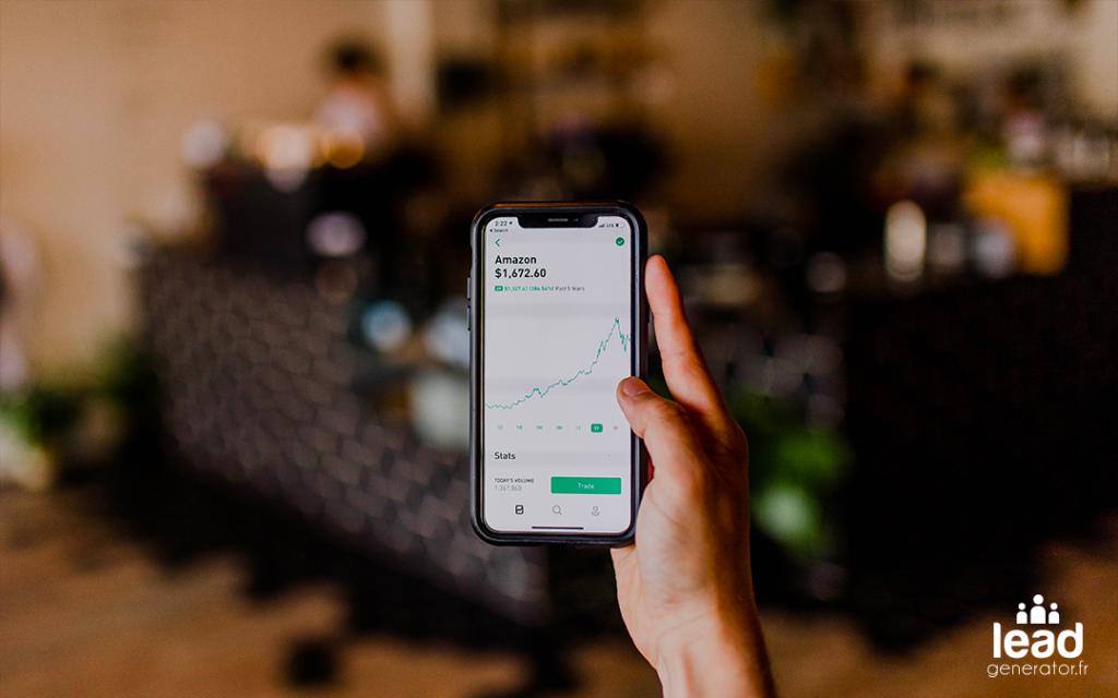 Photo d'un smartphone avec les cours de bourses pour illustrer le lancement d'une application mobile pour une startup