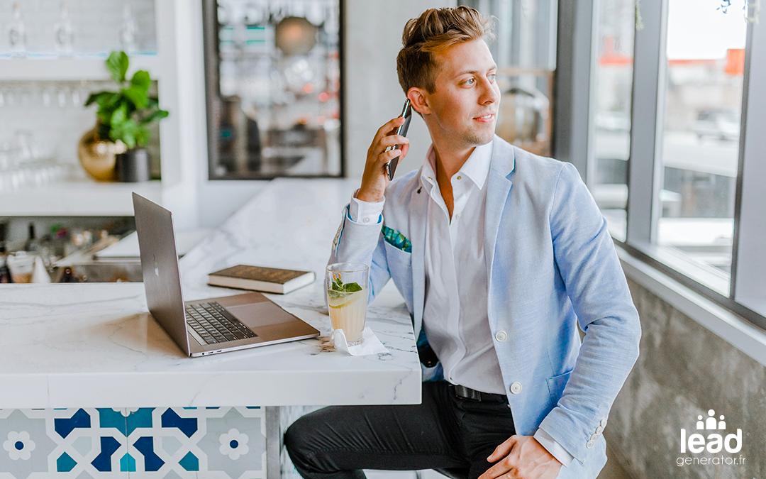 Photo d'une jeune homme avec costume et téléphone portable pour illustrer la génération de leads pour les commerciaux