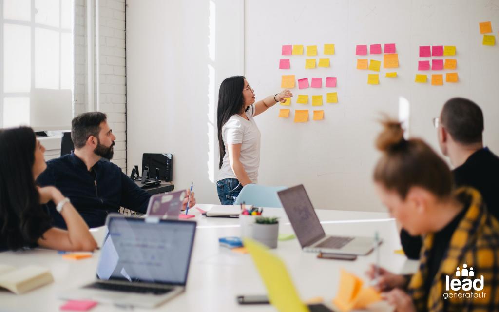 Photo d'une équipe projet en réunion avec un tableau blanc